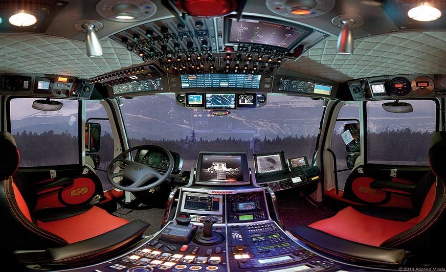 Kokpit ma szereg wykonanych na zamówienie ekranów dotykowych, zarówno na suficie jak idesce rozdzielczej. Przy pomocy joysticka można też obejrzeć na monitorach obraz zjednej z22 kamer, które pozwalają zobaczyć wszystko wpomieszczeniach ina zewnątrz