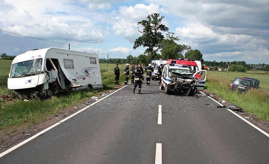Skutki wypadku przed wjazdem do Kwieciszewa w dniu 5 czerwca 2009 roku, w którym zderzyły się karetka z kamperem. Ambulans został uderzony z tyłu i wpadł na przeciwny pas ruchu, wprost na kampera.