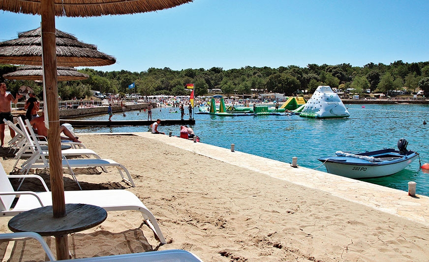 Kemping Lanterna (www.camping-adriatic.com)  nad zatoką przypomina wkształcie całą Istrię.