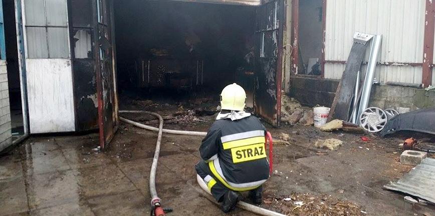 Pożar garażu z przyczepąw środku. Nie żyje mężczyzna