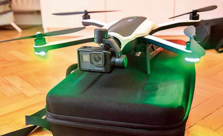 Podświetlenie drona jest ważne zwłaszcza wtedy, gdy latamy po zmroku. Doskonale zorientujemy się, że zielone światła oznaczająjego przód, a czerwone – tył. Proste, ale jakże potrzebne