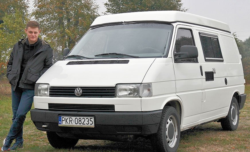 Mateusz Frąszczak i jego odnowiony kamper VW T4, czyli teraz już Biała Dama.