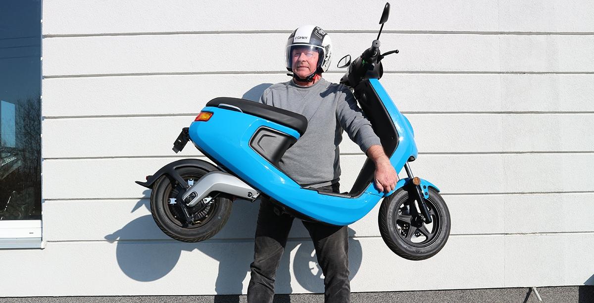 Skuter elektryczny nie musi być ciężki. Ten model > NIU waży zaledwie 75 kg.