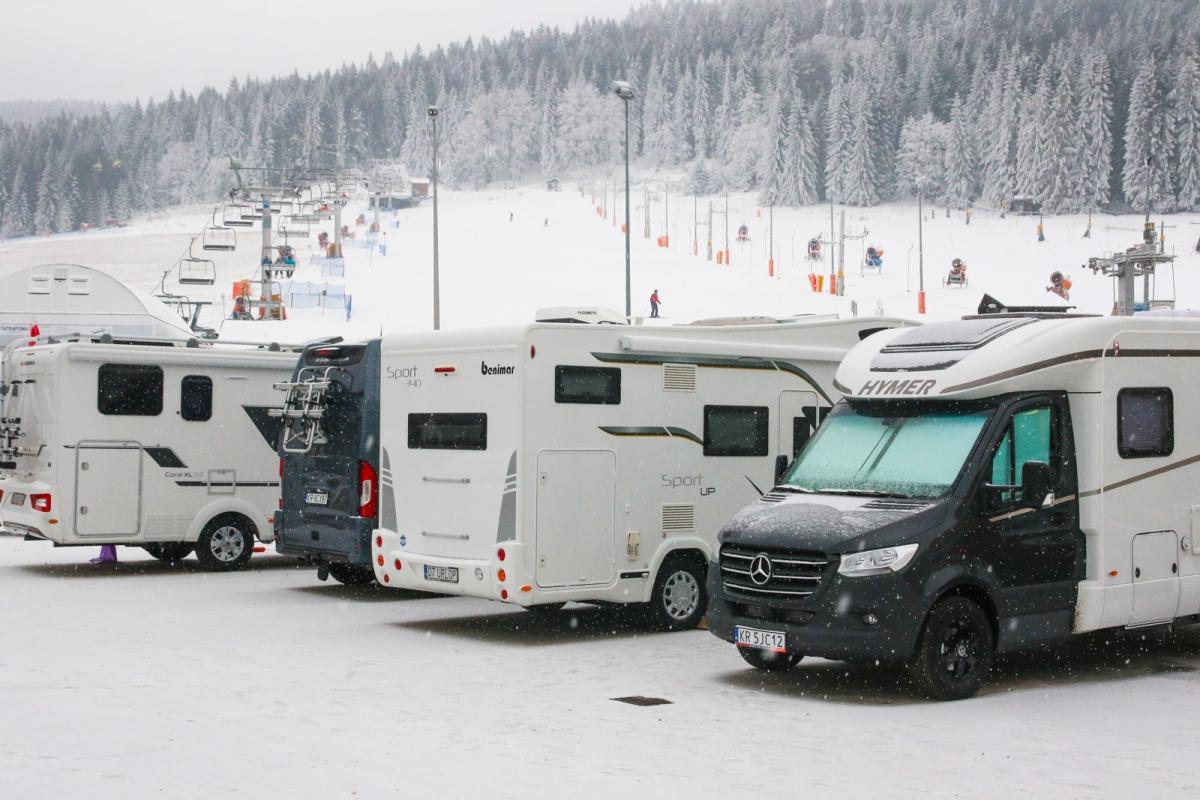Przy większości wyżej wymienionych stacji znajdziemy duże parkingi, idealne, by zaparkowaćtam naszego kampera