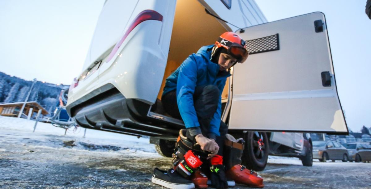 Młodzi użytkownicy kamperów i przyczep coraz chętniej dzielą sięnimi podczas zimowych wyjazdów