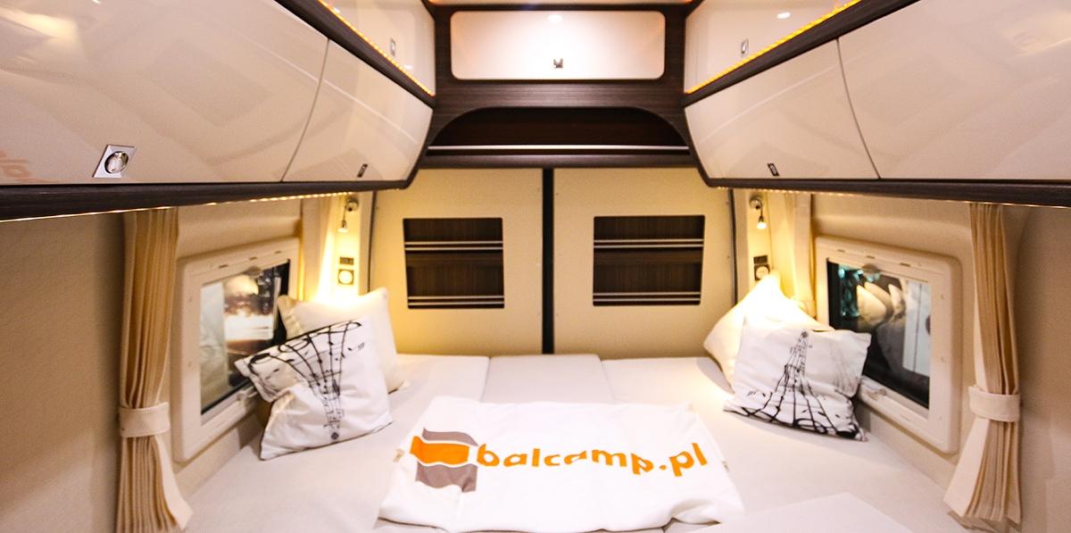 Tak wygląda przestronne wnętrze jednego z nowych kamperów wyprodukowanych przez firmę Balcamp