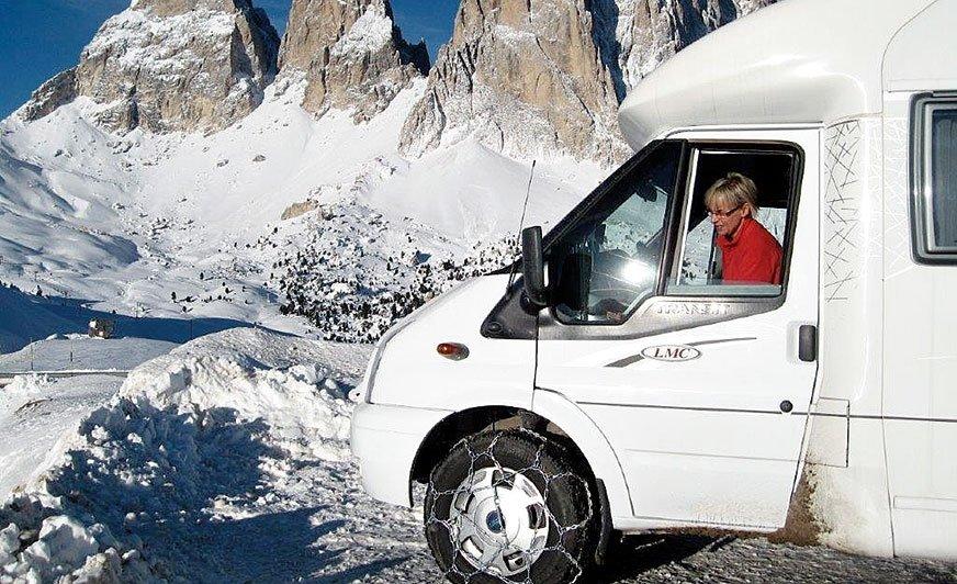 Podróżowanie kamperem zimą wymaga pewnej wprawy. Iodpowiedniego wyposażenia, jak np. łańcuchy śniegowe na koła