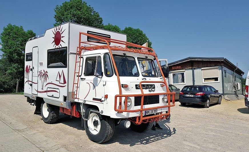 Robur z silnikiem Deutz przeszedł gruntowną restaurację. Podobnie jak dziesiątki innych pojazdów opuszczających halę warsztatową w Bieruniu, także ten zyskał 24-miesięczną gwarancję na zamontowane wyposażenie