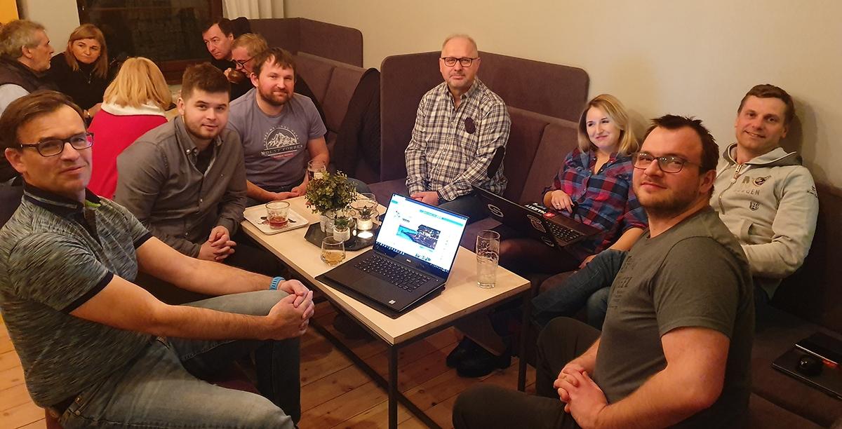 Na zdjęciu m.in. Sebastian Klauz, wydawca Polskiego Caravaningu i wiceprezes Zarządu (pierwszy z lewej), Piotr Kozłowski, wydawca portalu CampRest (wiceprezes Zarządu, drugi od lewej) oraz Joanna Woźnica, Prezes Zarządu