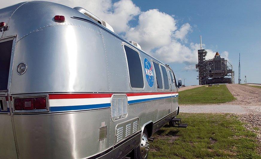 Astrovan Airstream wCentrum Kosmicznym im. Johna F. Kennedy'ego na Florydzie, na Przylądku Canaveral