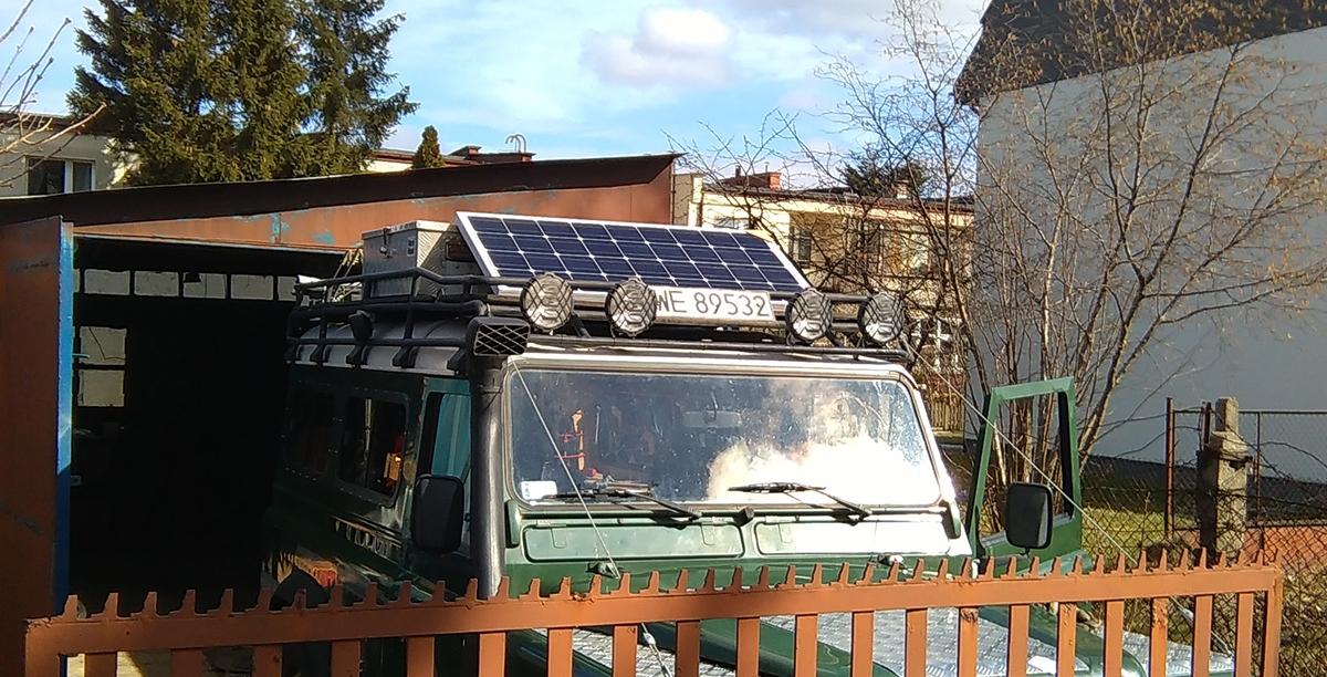 Panel solarny w wyprawówce – fanaberia czy konieczność?