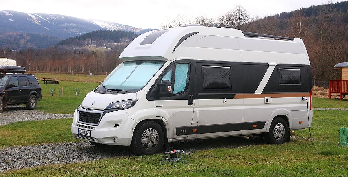 Globe-Traveller na Camp66, w tle góry i Śnieżka