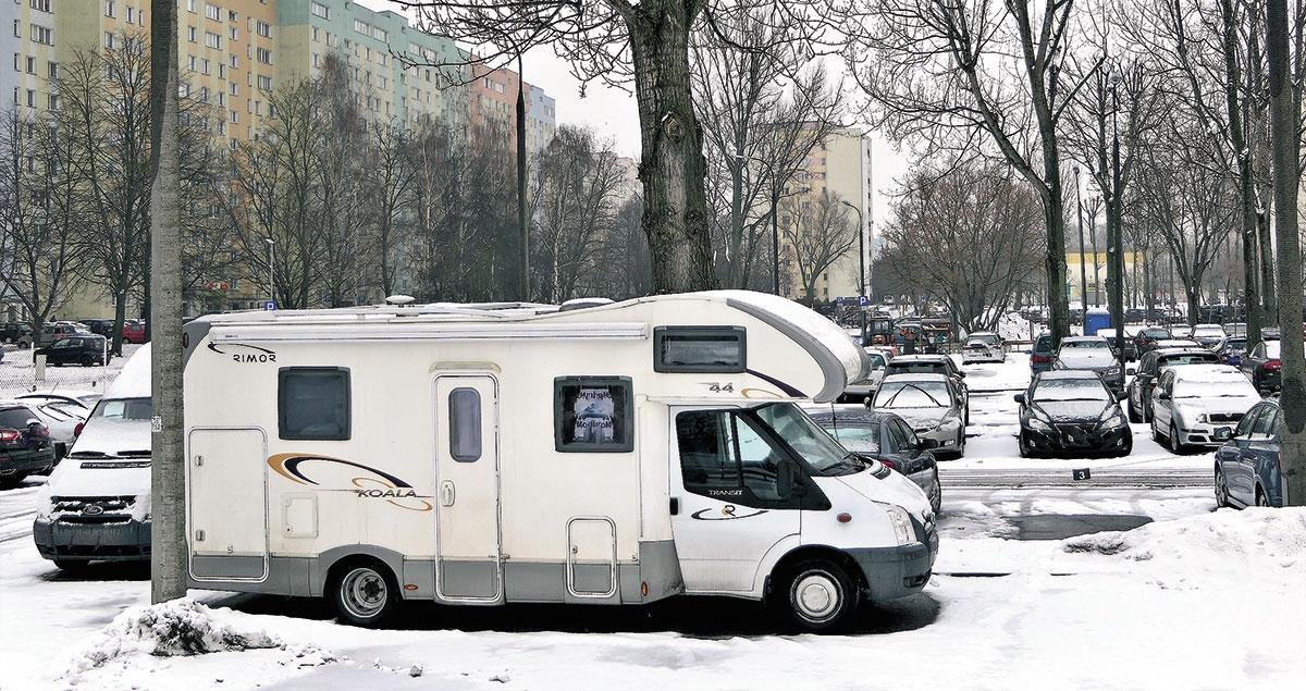 """Zimowanie """"domu na kołach"""" pod chmurką? Zdecydowanie zły pomysł, nawet jeśli mowa ostrzeżonych parkingach"""