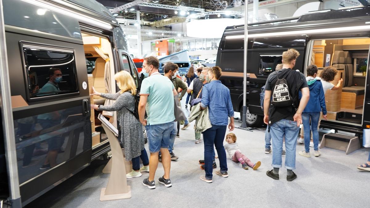 Nie brakuje chętnych do zobaczenia kamper vanów polskiej produkcji. Na zdjęciu - Globe-Traveller