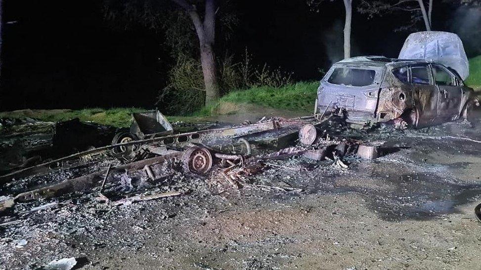 Przyczepa i samochód spłonęły doszczętnie. Powód? Piecyk gazowy