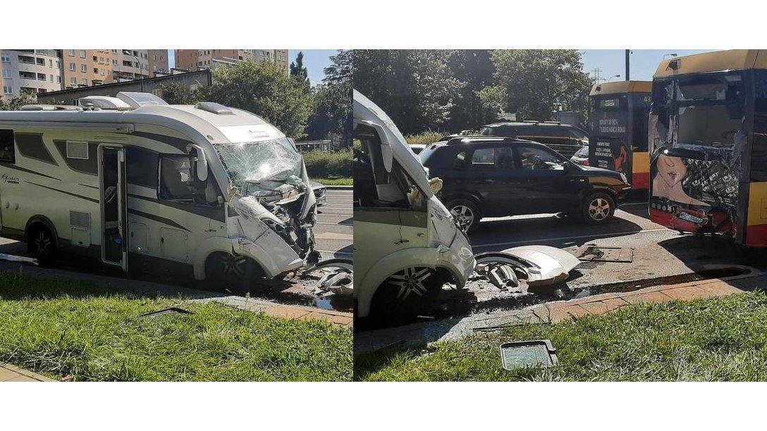 Kamper zderzyłsięz autobusem w Warszawie