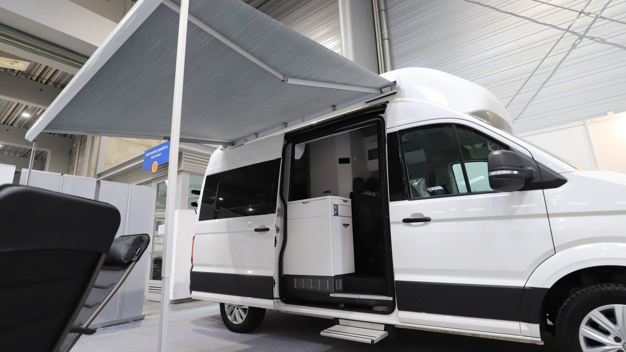 Świeżo wyprodukowany Volkswagen Grand California na targach Caravans Salon 2021